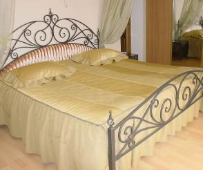 Покрашенная ковка у кровати