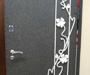 Покрашенная дверь с декором