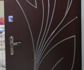 Покраска двери с декоративным элементом